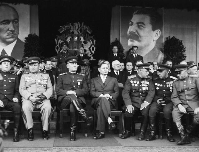 Osvobozená Praha přivítala na Staroměstském náměstí slavné vojevůdce sovětských vojsk maršály SSSS Koněva,  Rybalka a armádního generála Jeremenka. (ČTK)