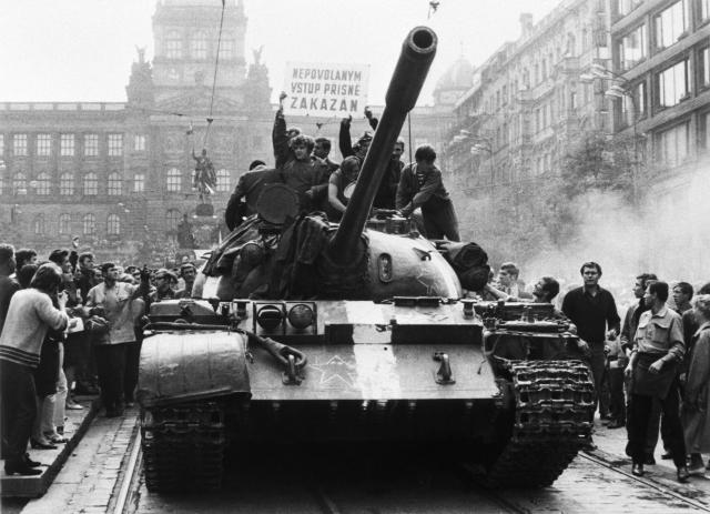 Ruský tank na Václavském náměstí, srpen 1968 (ČTK)