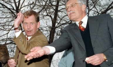 Václav Havel a Václav Klaus krmí labutě  (ČTK/Turek Tomáš)