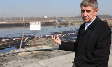Ministr financí Andrej Babiš si 17. března při návštěvě Ostravy prohlédl ropné laguny v areálu bývalé chemičky Ostramo, které jsou jednou z největších ekologických zátěží v regionu a v zemi vůbec. (ČTK)