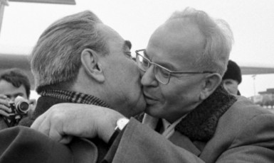 Slavný polibek Husáka s Brežněvem (ČTK)