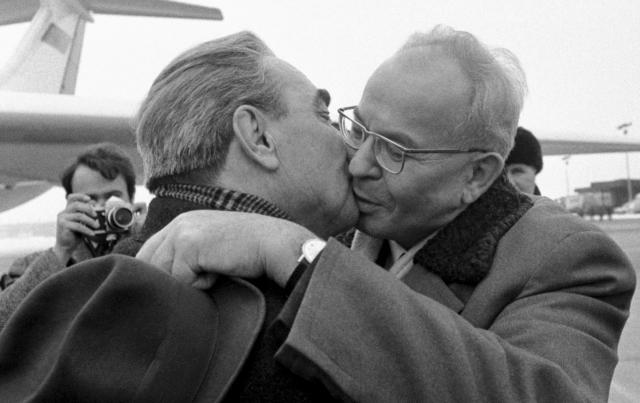 Bez polibků by to nebylo to správné soudružské bratrství. (ČTK)