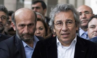 ŠŠéfredaktor opozičního listu Cumhuriet Can Dündar (vpravo) a jeho přední redaktor Erdem Gül (vlevo)  (ČTK)