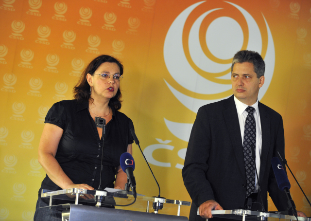 Ministryně práce a sociálních věcí Michaela Marksová s Jiřím Dientsbierem (ČTK)