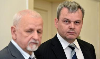 Bývalý ředitel odboru ministerstva pro místní rozvoj Vladislav Koval (vpravo) (ČTK)