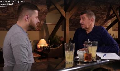 Ekonomický poradce ministra financí Aleš Michl a Andrej Babiš v Babišově kavárně, leden 2017  (ČTK)