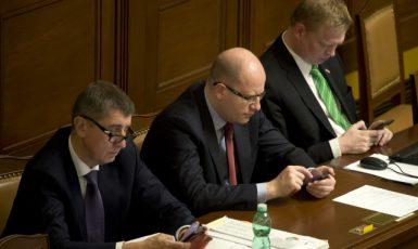 Zleva exministr financí Andrej Babiš, premiér Bohuslav Sobotka a místopředseda vlády pro vědu, výzkum a inovace Pavel Bělobrádek (ČTK)