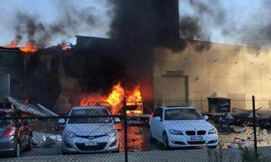 Na obchodní centrum v Melbourne se zřítilo letadlo. (ČTK)