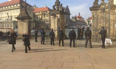 U vstupu na Pražský hrad je vše připraveno. Situace v sobotu v 9:00. (Pavel Hofman)