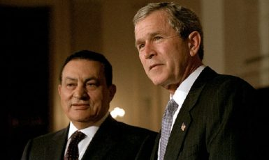 Hosni Mubarak (vlevo) a George W. Bush (Wikimedia Commons)