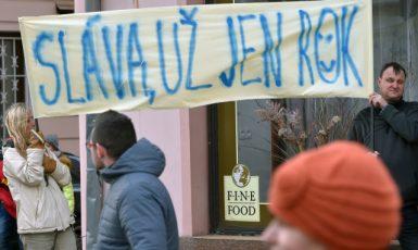 Druhým dnem pokračovala 2. března návštěva prezidenta Miloše Zemana v Karlovarském kraji. Na snímku jsou lidé s transparentem, kteří přišli na setkání prezidenta s občany v Sokolově. (ČTK)