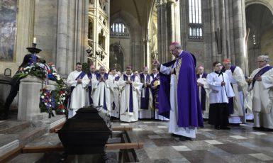 Pohřeb kardinála Miloslava Vlka, který zemřel 18. března ve věku 84 let, se uskutečnil 25. března v katedrále sv. Víta na Pražském hradě. Obřady posledního rozloučení vedl olomoucký arcibiskup Jan Graubner. Po skončení mše byla rakev s kardinálovými ostatky uložena do arcibiskupské hrobky v katedrále. (čtk)