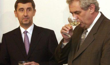 Majitel Agrofertu Andrej Babiš s premiérem Milošem Zemanem po slavnostním podpisu smlouvy o prodeji 63 procentního státního podílu ve společnosti Unipetrol Agrofertu (ČTK)