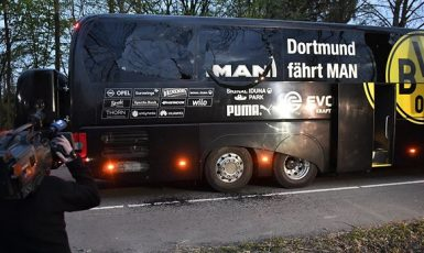 Napadený autobus fotbalistů Dortmundu (Twitter)