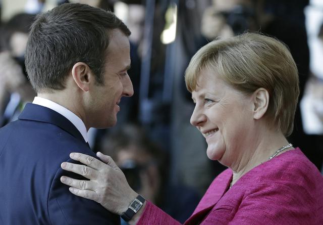 Francouzský prezident Emmanuel Macron a německá kancléřka Angela Merkel (ČTK/AP/Michael Sohn)