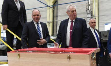 Na snímku s Milošem Zemanem hejtman Ladislav Okleštěk (vlevo) a majitel společnosti Jaroslav Strnad (druhý zleva). Prezident dostal darem munici pro tank T-55. (ČTK)