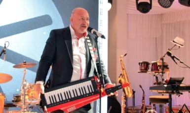Michal David zpívá svatebčanům na Čapím hnízdě (FB AB)