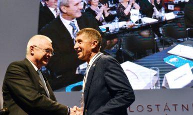 Jaroslav Faltýnek a Andrej Babiš si gratulují ke zvolení na sněmu ANO (ČTK)