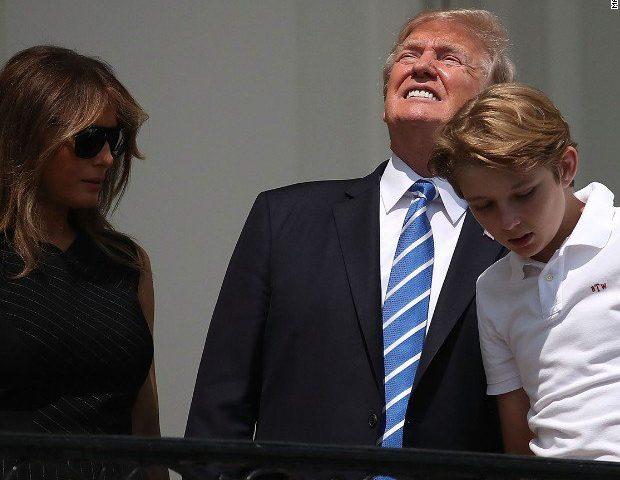 Donald Trump s rodinou sledují zatmění slunce