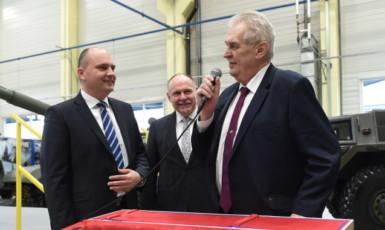 Prezident Miloš Zeman na návštěvě společnosti Excalibur Army Jaroslava Strnada (vlevo). (ČTK)