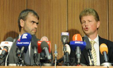 Bývalý ředitel ÚOOZ Robert Šlachta a olomoucký vrchní státní zástupce Ivo Ištvan na mimořádné tiskové konferenci 14. června 2013 (ČTK)