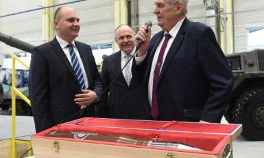 Přátelé Kremlu v akci. Miloš Zeman na návštěvě u zbrojaře Strnada (ČTK)