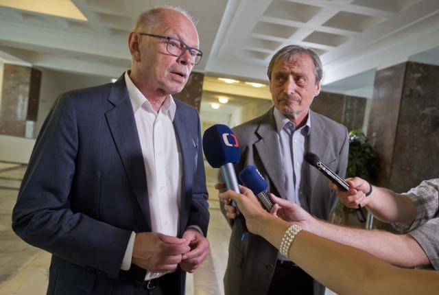 Ministr financí Ivan Pilný a ministr obrany Martin Stropnický (ČTK)