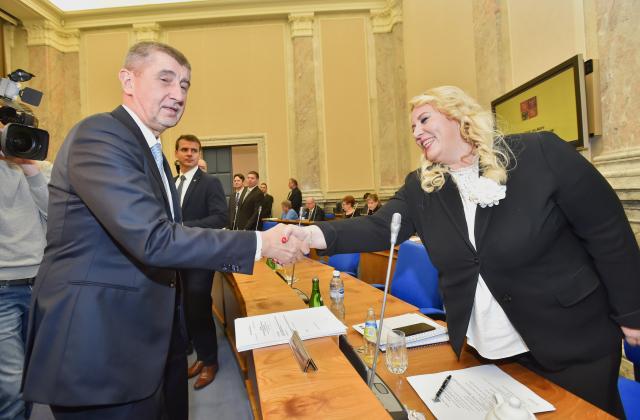 Premiér Andrej Babiš se zdraví s ministryní pro místní rozvoj Klárou Dostálovou.  (ČTK)