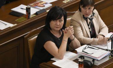 Ministryně financí Alena Schillerová (ANO) a předsedkyně rozpočtového výboru poslanecké sněmovny Miloslava Vostrá (KSČM) (ČTK)
