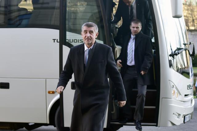 Premiér Andrej Babiš se svým autobusem (ČTK)