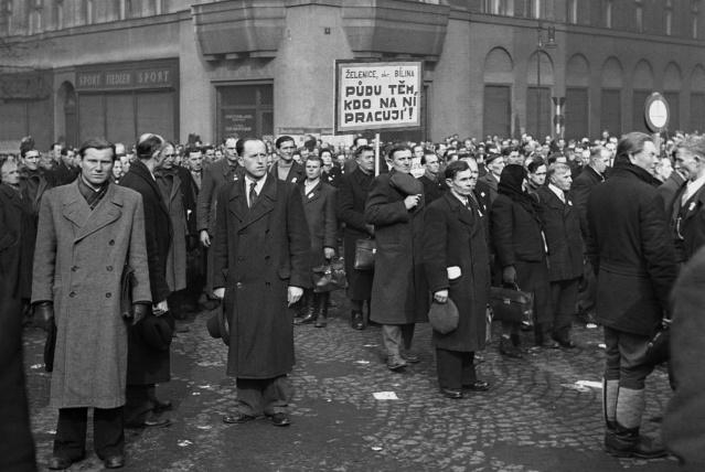 Na Václavském náměstí se 29.února 1948 v Praze sešlo na 130 000 dělníků v zemědělství na podporu únorového puče (čtk)