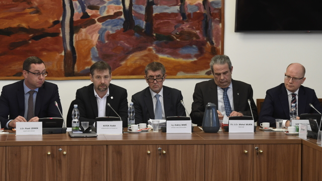 Nejvyšší státní zástupce Pavel Zeman, předseda výboru Radek Koten, premiér Andrej Babiš , ředitel GIBS Michal Murín a expremiér Bohuslav Sobotka na jednání bezpečnostního výboru   (ČTK)