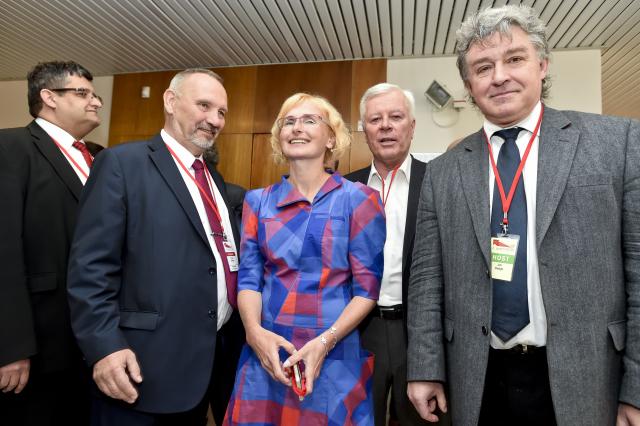Kateřina Konečná v kolektivu svých soudruhů (ČTK)