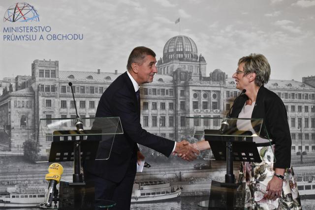 Ministryni průmyslu a obchodu Martě Novákové premiér Andrej Babiš po návratu z Washingtonu pogratuluje nanejvýš už jen ironicky  (ČTK)