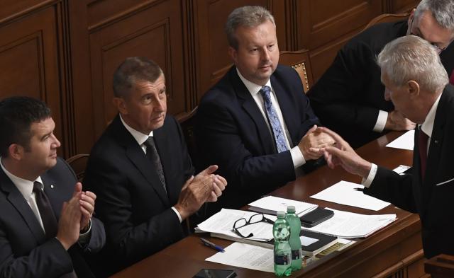 Prezident Miloš Zeman (vpravo) hovoří s premiérem Andrejem Babišem (druhý zleva) na schůzi Poslanecké sněmovny v Praze, svolané 11. července 2018 k vyslovení důvěry Babišově menšinové vládě hnutí ANO a ČSSD. Vlevo je předseda ČSSD Jan Hamáček, druhý zprava ministr životního prostředí Richard Brabec. (ČTK)