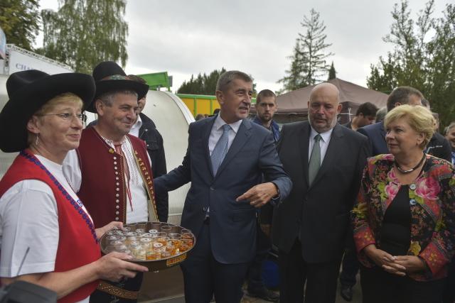 Premiér Andrej Babiš a ministr zemědělství Miroslav Toman na agrosalonu Země živitelka v Českých Budějovicích. (ČTK)