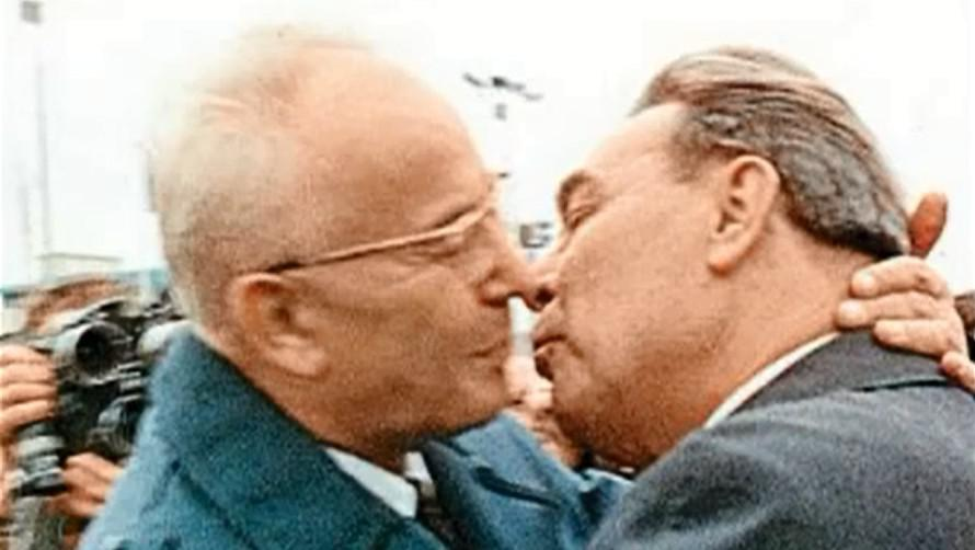 Slavný polibek Husáka s Brežněvem (ČT repro)