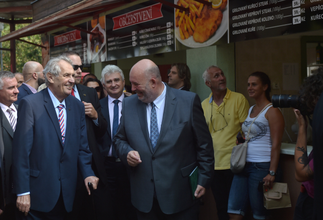 Prezident Miloš Zeman, předseda Senátu Milan Štěch a ministr zemědělství Miroslav Toman na agrosalonu Země živitelka   (ČTK)