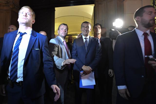 Premiér Andrej Babiš přišel 11. července 2018 před budovu Sněmovny  za demonstranty (ČTK)