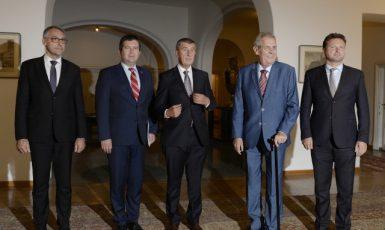 Prezident a představitelé vlády se na Pražském hradě sešli kvůli koordinaci zahraniční politiky. Zatím se nedaří (ČTK)