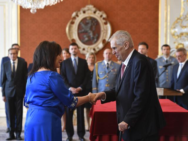 Prezident Miloš Zeman při jmenování Aleny Schillerové ministryní financí  (ČTK)