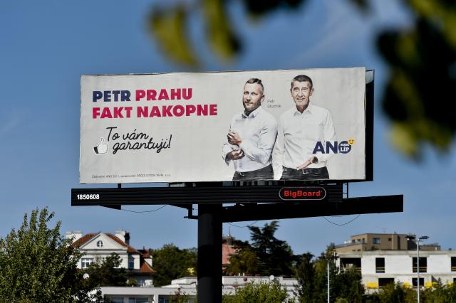 Andrej Babiš a Petr Stuchlík na předvolebním billboardu (ČTK)