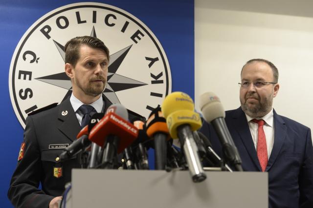 Ředitel Krajského ředitelství policie hl. m. Prahy Jan Ptáček a šéf Městského státního zastupitelství v Praze Martin Erazím na tiskové konferenci  (ČTK)