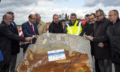 Premiér Andrej Babiš a ministr dopravy Dan Ťok  zahájili pokračování stavby dálnice D11  (ČTK)