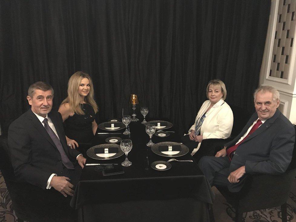 Premiér Babiš a prezident Zeman se svými protějšky v restauraci Paloma (Twitter Jiřího Ovčáčka)