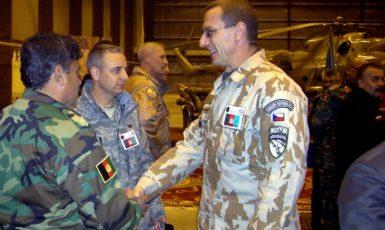 Náčelník logistiky velitelství sil ISAF Vladimír Halenka u jednotek v Afghánistánu (2008)  (ČTK)