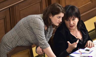 Ministryně práce a sociálních věcí Jana Maláčová (ČSSD) a ministryně financí Alena Schillerová (ANO). Směřují k tomu, že svojí nezodpovědností rozvrátí státní finance i navzdory růstu ekonomiky. (ČTK)