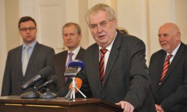 Prezident Miloš Zeman, v pozadí nejvyšší státní zástupce Pavel Zeman, bývalý předseda Nejvyššího správního soudu Josef Baxa a předseda Ústavního soudu Pavel Rychetský (ČTK)