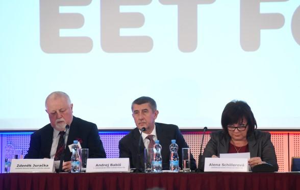 Předseda Asociace českého tradičního obchodu Zdeněk Juračka, premiér Andrej Babiš a ministryně financí Alena Schillerová  (ČTK)