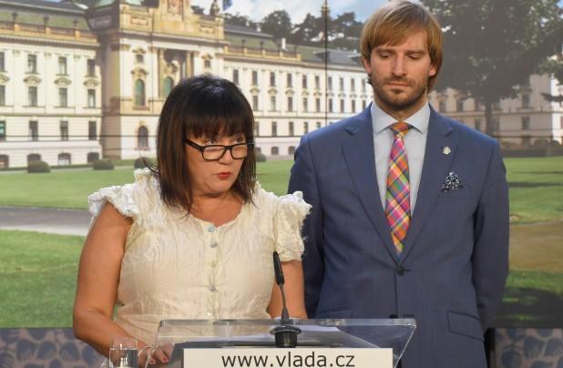 Ministryně financí Alena Schillerová a ministr zdravotnictví Adam Vojtěch sehráli kolem zdražení lihu etudu o meziresortní symbióze  (ČTK)